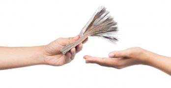 Geld overhandigen