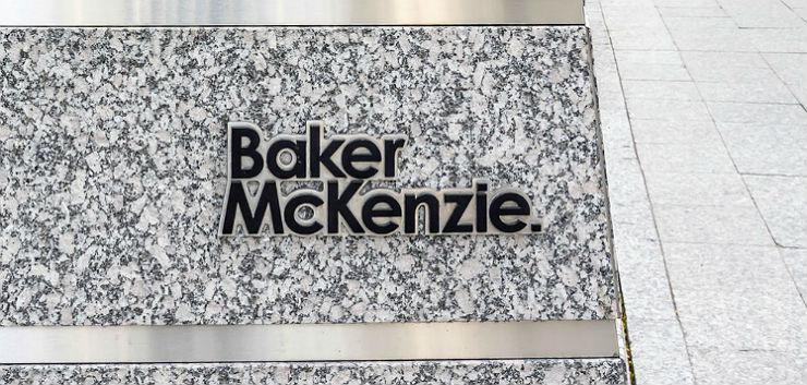 Oud-managing partner Baker McKenzie Londen verhoord om zoenen jongere advocate